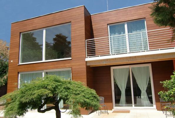 отделка фасада частного дома планкеном из лиственницы
